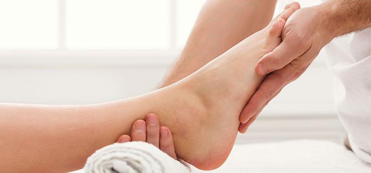 Наши ноги – основной элемент туловища и о них необходимо заботиться. Большая часть людей массируют ноги, для того чтобы повысить кровообращение. Следует заметить, что на наши ноги воздействуют не только утомление, но и подобные условия как: растирание обувью, потение, влажность. Данные условия могут спровоцировать небольшие дефекты, грибок и дискомфорт, что зачастую ощущают люди, которым уже за 50.  Массаж ног следует проводить ежедневно, потому что это увеличивает тонус ног, понижает напряжение, снимает усталость, снимает болевые ощущения, уменьшает отечность, избавляет от целлюлита.  Особенный уход нужно уделять подошвам, потому что кожа становится грубой и покрывается мозолями. Для этого необходимо принимать ванны для ног.  Ванны для ног зимой: следует приготовить по 50г крапивы и шалфея, залить тремя литрами кипящей жидкости. Принимать ванны 15 минут.   Травяные ванны: следует взять 5 ложек смешанного состава из мяты, ромашки, листа березы, залить тремя литрами кипящей жидкости. Настаивать в течение часа, потом отцедить и долить в теплую ванну для ног. Затем продержать ноги в ванне в течение пяти минут, обработать кремообразными составами. Желательно проводить данную процедуру ежедневно.  Освежающая ванна из липы: 4 ложки соцветия липы залить тремя стаканами кипящей жидкости, настаивать в течение 30 минут, отцедить, остудить и влить в ванну для ног.  Очищающая ванна для ног: 3 литра жидкости прибавить 50г соли и ложку соды. Пропарить ноги в течение 20 минут.  После любой принятой ванны, нужно применять кремообразные составы.   - Оберегайте себя от жары и холода. В случае если ваши ноги замерзают в ночное время, одевайте носки. Не применяйте грелки либо согревающие покрывала, для того чтобы согреть ноги. Кроме того, не применяйте лед и холодную жидкость, дабы их остудить.  - Каждый день мойте ноги. Дабы ноги были здоровыми, мойте их горячей жидкостью с обыкновенным мыльным раствором. Постарайтесь проводить данную операцию до 10 минут. После мытья, тщательнейшим о