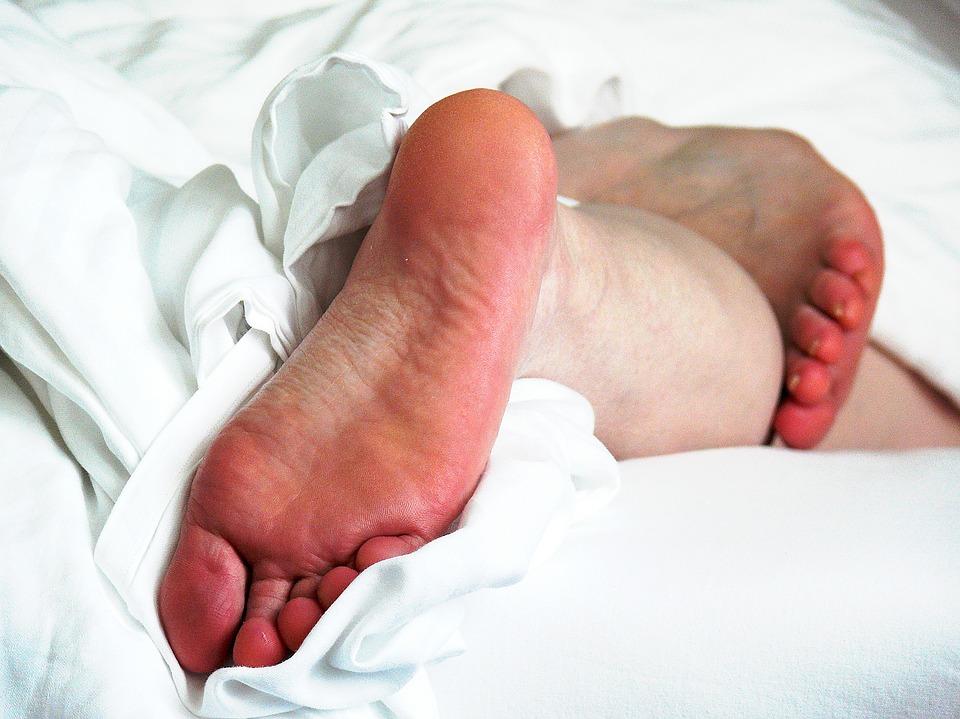 нога на одеяле