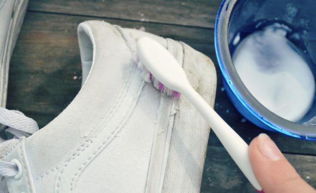 Как легко очистить белую обувь?