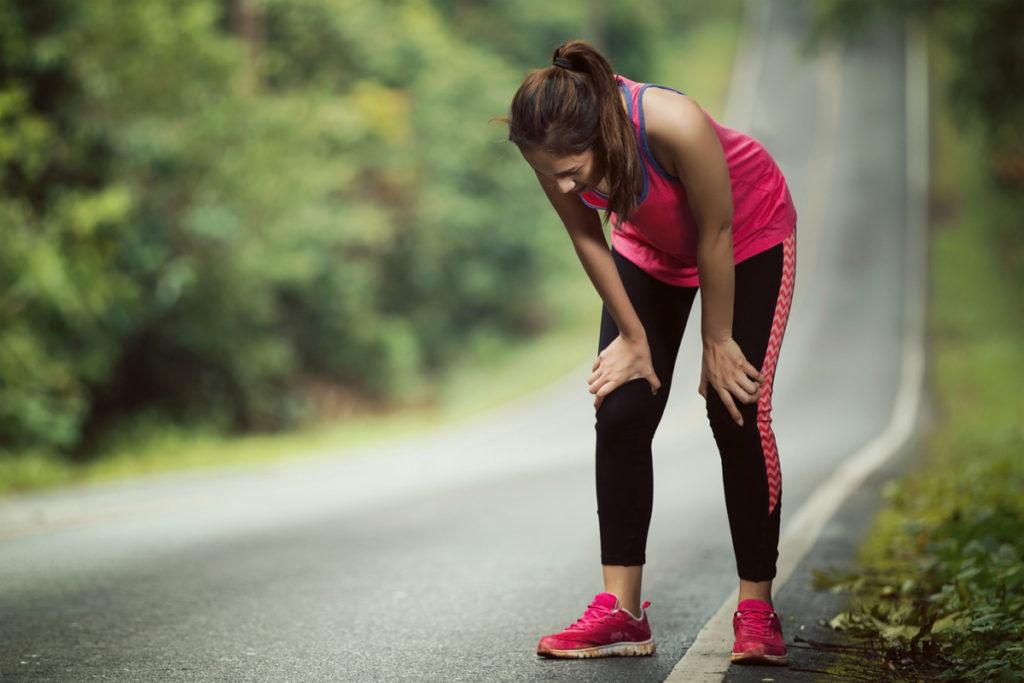 женщина отдыхает после бега