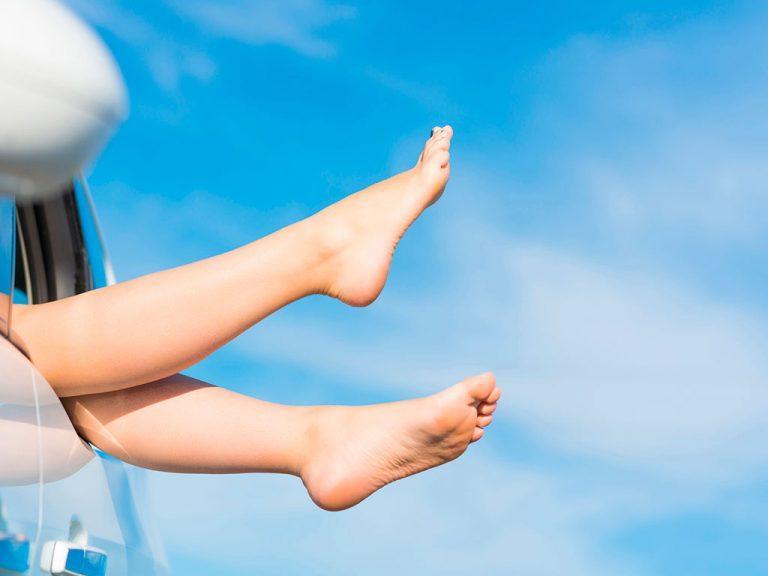 ножки на фоне голубого неба