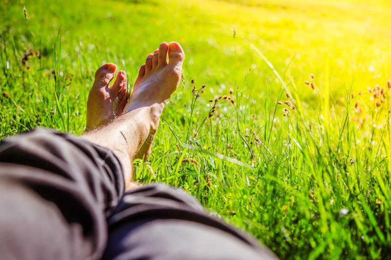 мужские ноги на фоне зелёного полюшка и солнышка