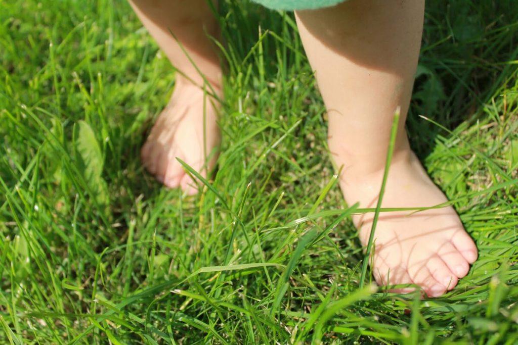ребёнок идёт по зелёной травке