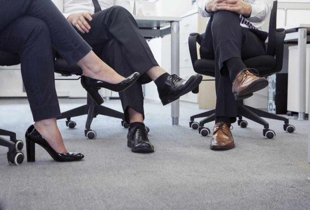 офисные сотрудники сидят скрестив ноги
